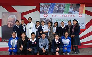P. Alfredo Hernàndez, CSC con alumnos del colegio Fe y Alegría 25.